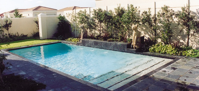 Pool planted wall - Make Landscaping Around Your Pool a Lifestyle Experience
